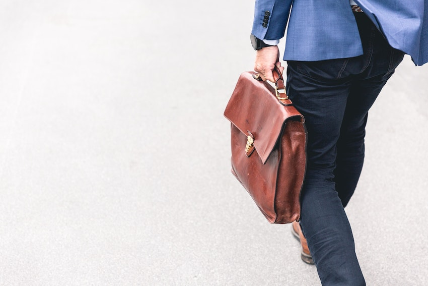 Hombre caminando con un maletin